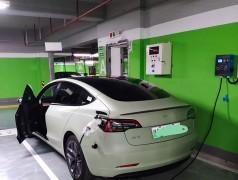 郑州昌原7kw汽车交流充电桩给特斯拉电动汽车充电现场